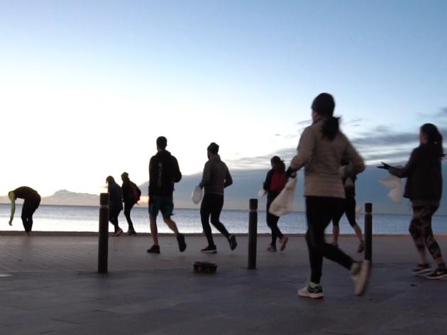 Plogging Barcelona: l'esport que neteja de plàstic les platges