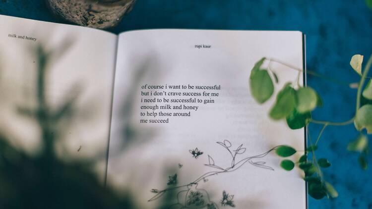 Verso livre da poeta Rupi Kaur