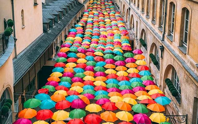 800 parapluies multicolores suspendus en plein 8e arrondissement!