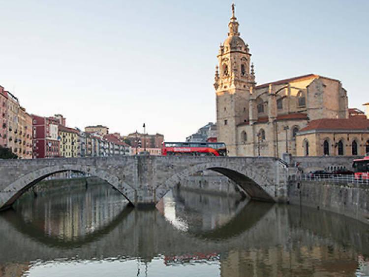 La iglesia y el puente San Antón y el escudo del Athletic