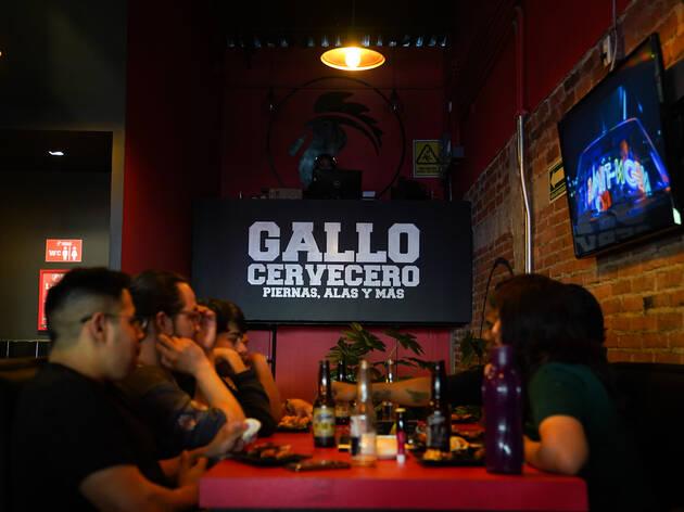 Gallo Cervecero, sports bar en la Condesa con cocteles y chela