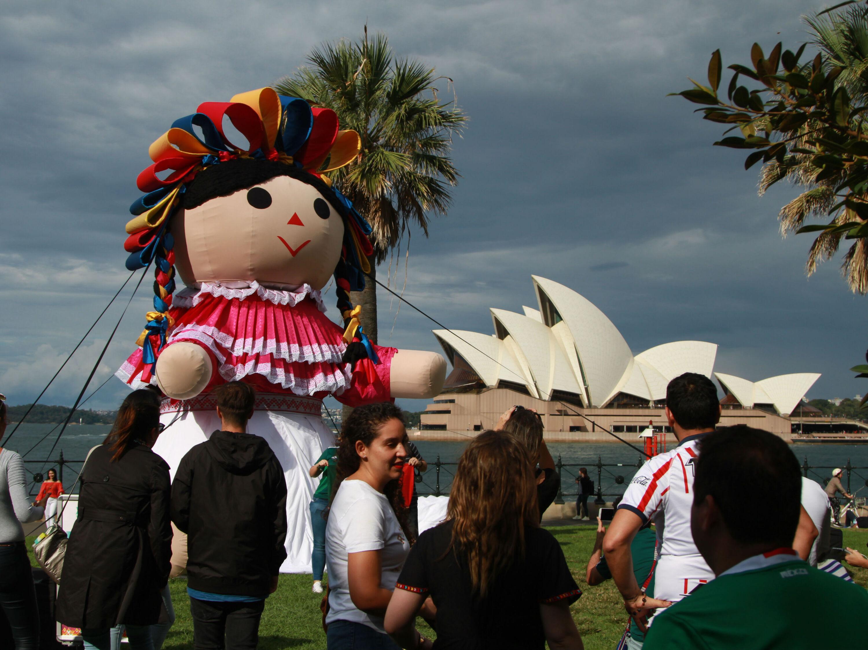 Lele, la muñeca queretana gigante de tour por el mundo