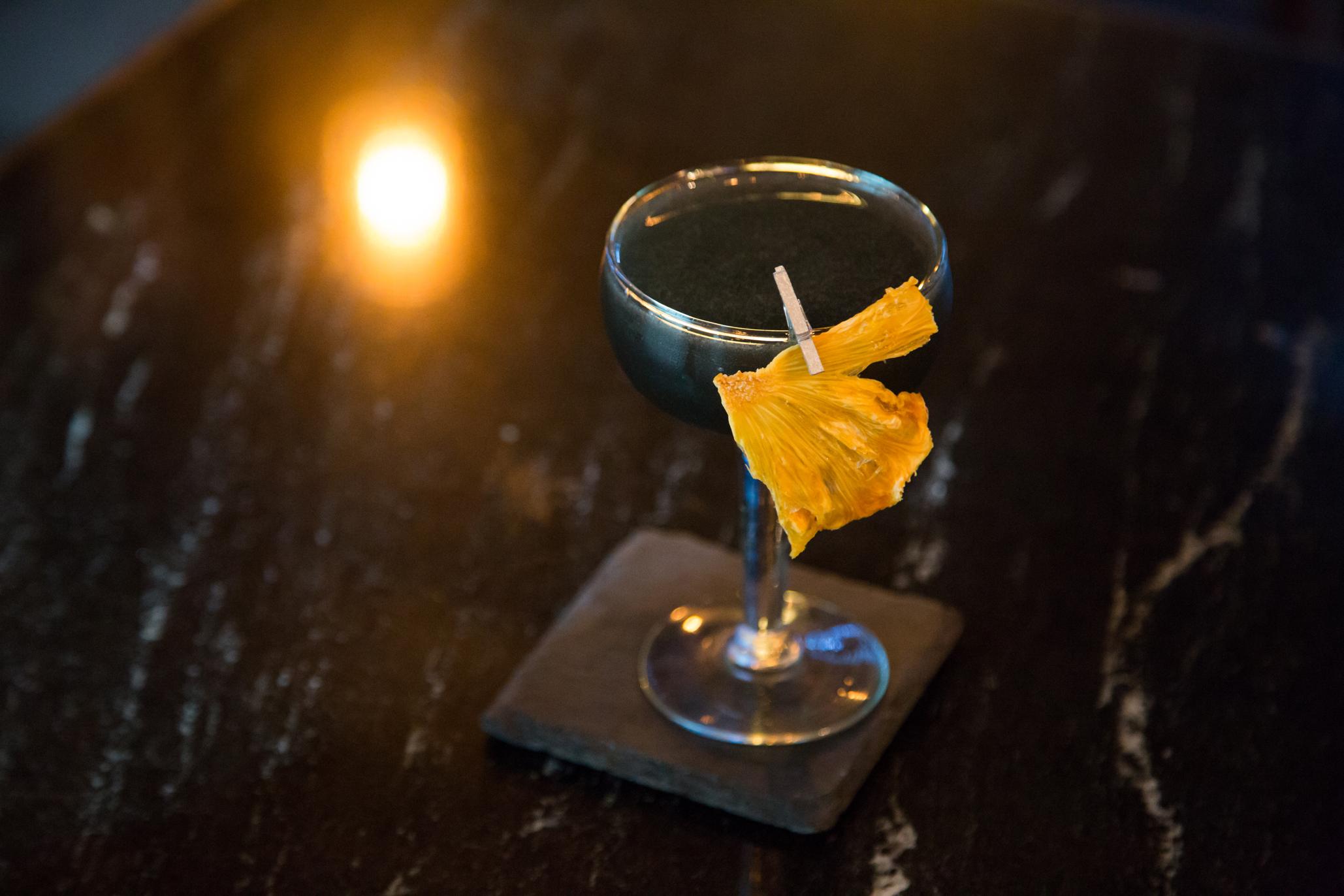 Deleted Souls coctel con carbon activado, gin, limon, jarabe de canela y naranja