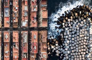 Un fotógrafo sobrevuela Barcelona y el resultado es de vértigo