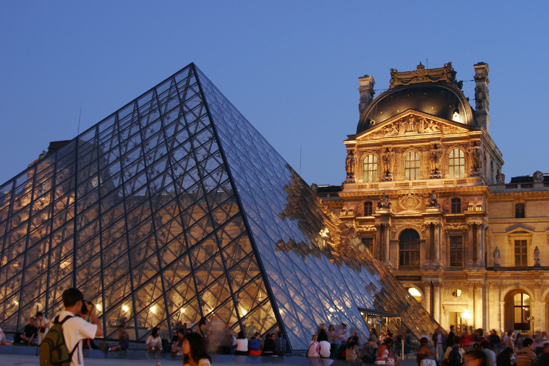 3. Sigue el ejemplo de  Beyoncé con un selfie frente a la Mona Lisa del Louvre