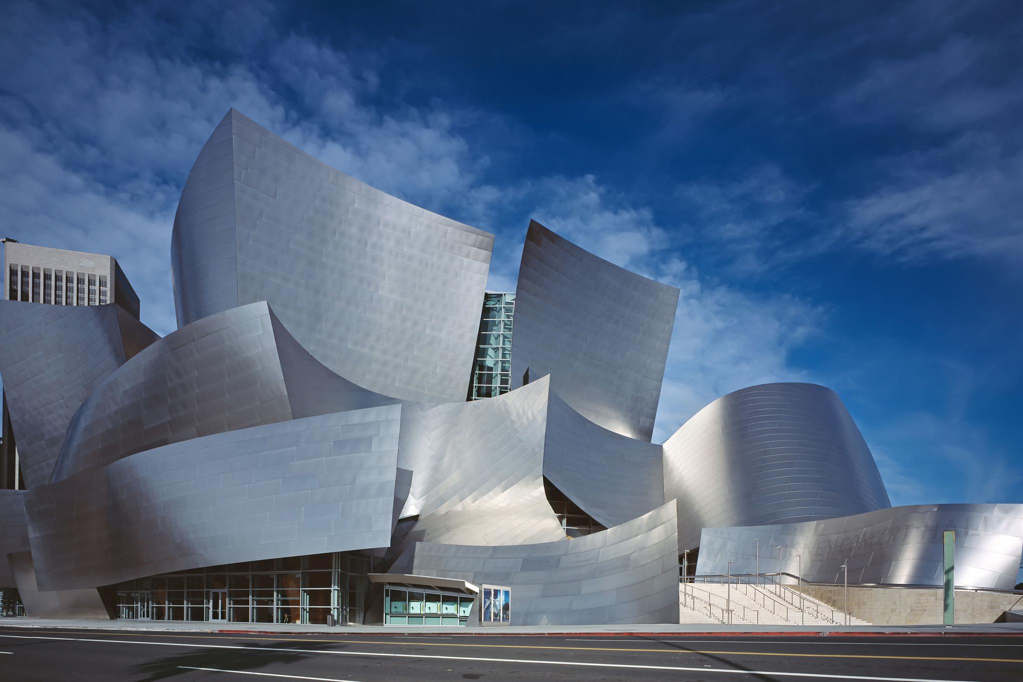 6. Explora el retorcido exterior del auditorio Walt Disney
