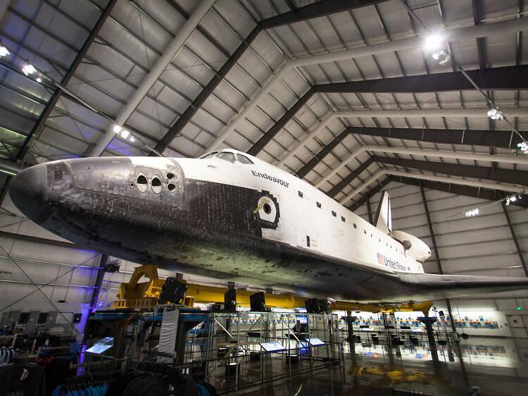 Contempla un transbordador espacial en el California Science Center