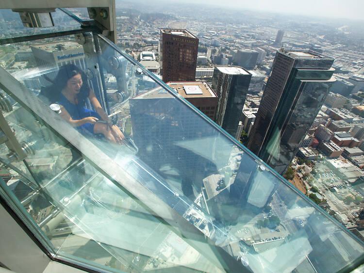 Desciende por el SkySlide en el OUE Skyspace L.A.