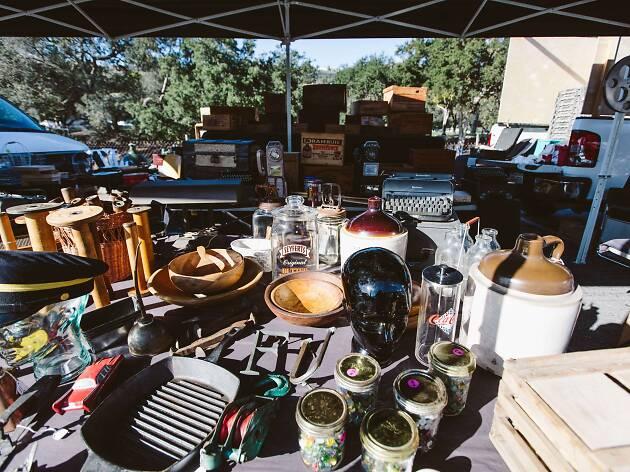 16. Busca antigüedades en el Rose Bowl Flea Market