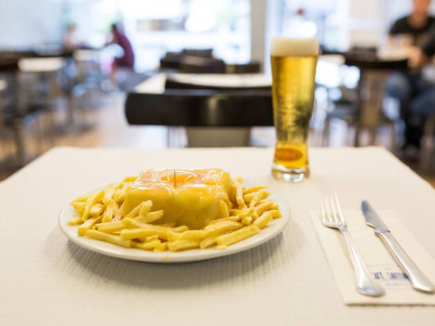 05. Prueba la mejor francesinha de la ciudad en el Café Santiago