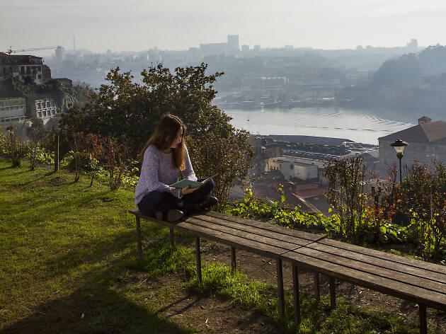 18. Reúnete con tus amigos en el Jardín Virtudes