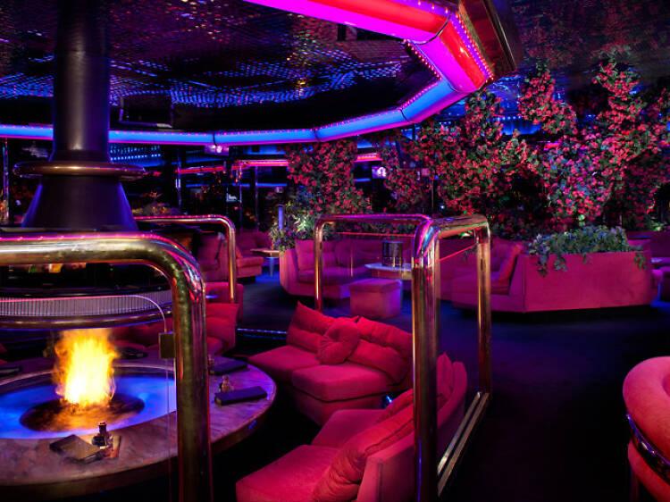 Date una vuelta por el Peppermill's Fireside Lounge