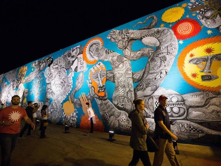 Explora una galería de arte al aire libre