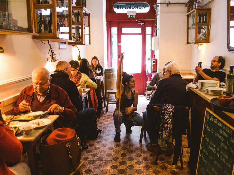 Espera tu turno para una cena increíble en Taberna da Rua das Flores
