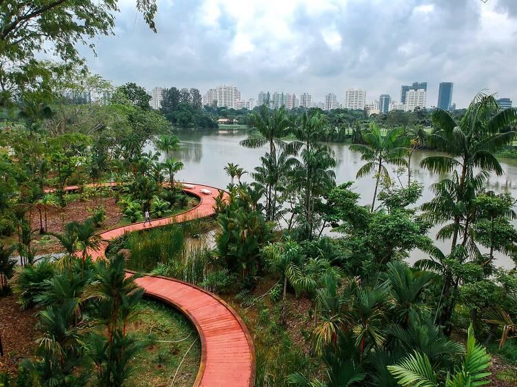 Waterside trail: Lakeside Gardens (2.5km)