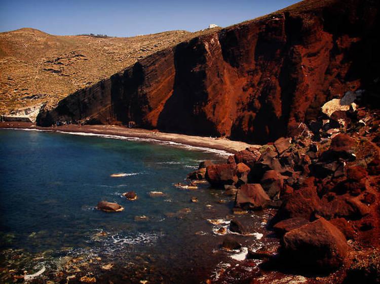 8. Se dorer la pilule sur le sable rouge de la red beach