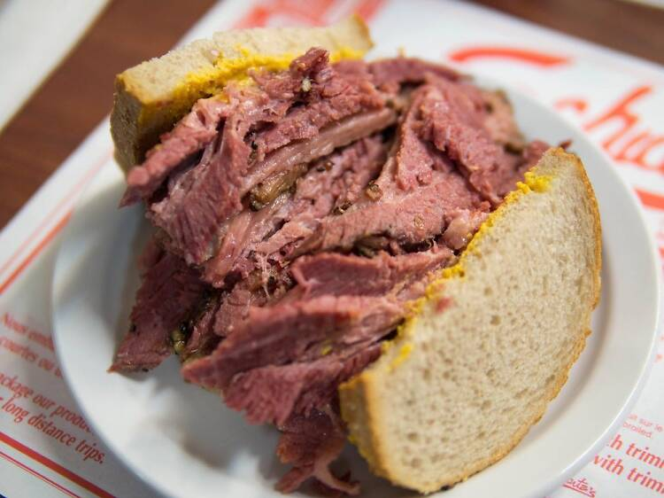 Un sandwich à la viande fumée au Déli Schwartz's
