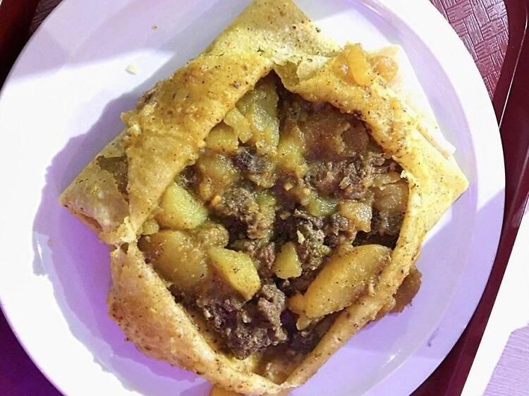 Des pains frits et un roti à la Caribbean Curry House