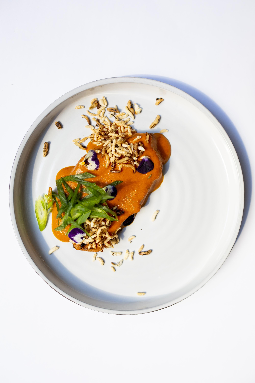 Cachaço de porco preto, caril e arroz tufado d'O Carniceiro