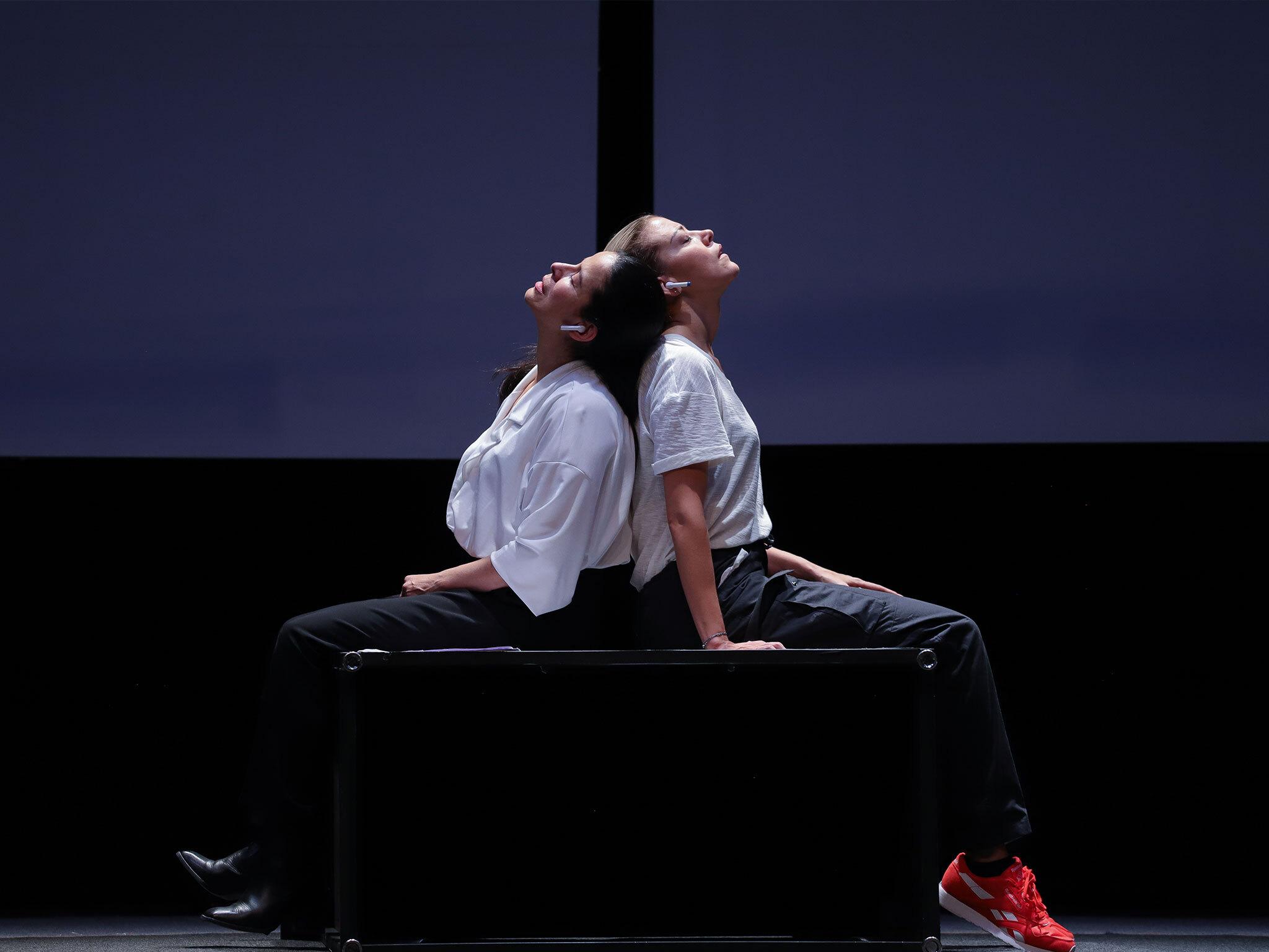 Fernanda Castillo y Arcelia Ramírez en la obra de teatro Hermanas