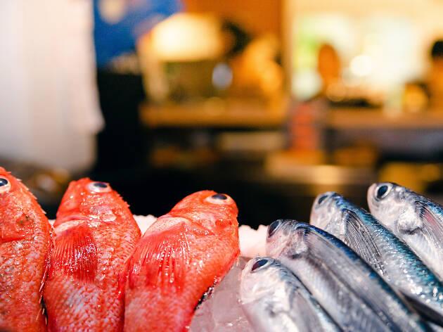 買い手のつかない魚介を味な一品に、「豊洲もったいないプロジェクト」2号店がオープン