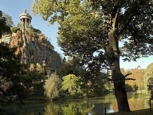 The elevated folly and artificial lake at the Parc de Buttes-Chaumont