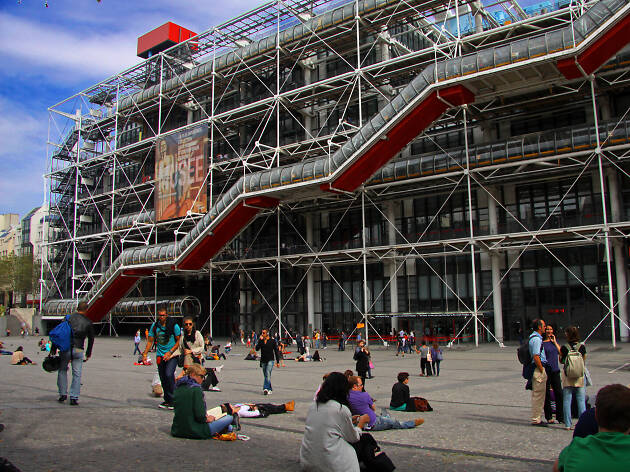 Tourists in front of the Centre Pompidou