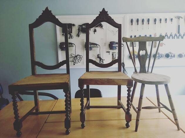 Cadeiras, secretárias ou guarda-fatos são alguns dos móveis que As Damas de Paus restauram