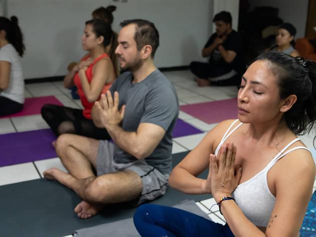 Clases de yoga cannábico