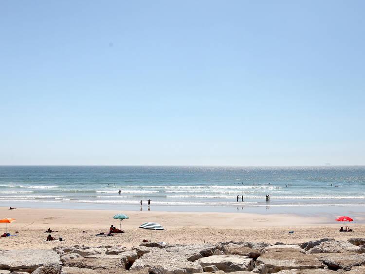 Faça yoga em frente ao mar