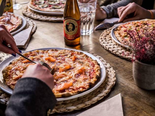 6 pizzerías de Madrid donde maridar una pizza artesana con una cerveza pura