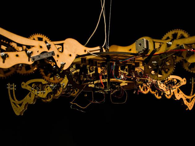 Coincidencias Narrativas (Foto: Leo Nuñez, Desequilibrios (Detalle). Visualización de datos, mecanismo básico en MDF cortado a laser, 4 motores, Arduino, 2019 / Lluvia Cristerna     )