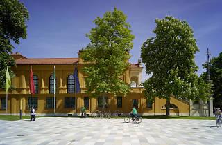 A courtyard in front of the Städtische Galerie im Lenbachhaus und Kunstbau München