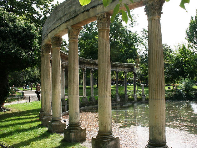 Columns and a pond in the English-style Parc Monceau