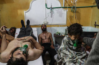 ( Victims of an Alleged Gas Attack Receive Treatment in Eastern Ghouta © Mohammed Badra/Cortesía World Press Photo)