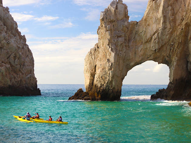Descubre arriba del kayac y con ayuda del snorkel el Arco de Los Cabos San Lucas