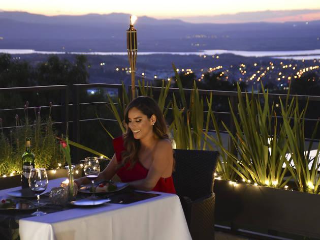 Consciente a tu pareja con una cena romántica en el Hotel Hilo Rojo
