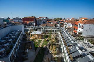 O jardim amplo interior do Selina Porto