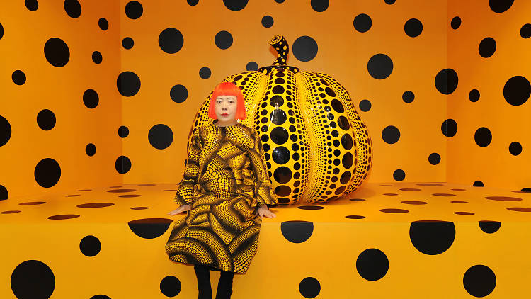 Yayoi Kusama enfrente de su obra