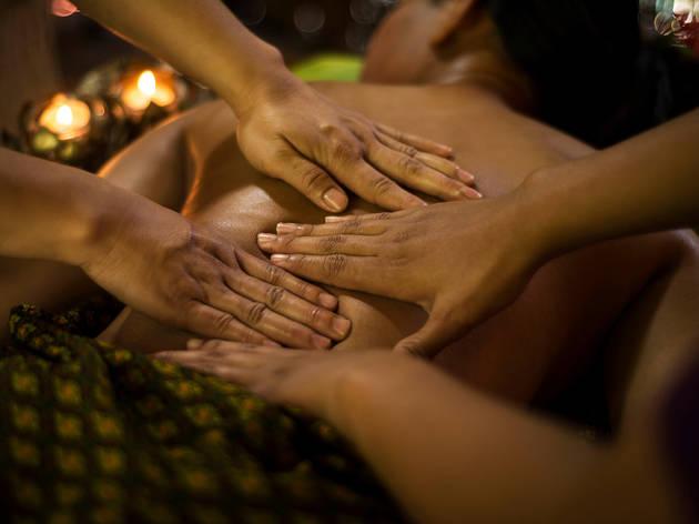 El masaje relajante a cuatro manos es una de las opciones en Wishbird para disfrutar el día de la relajación