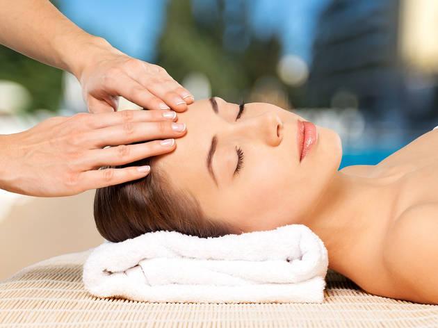 Masaje facial con manicure y pedicure es una opción para celebrar el Día de la Relajación