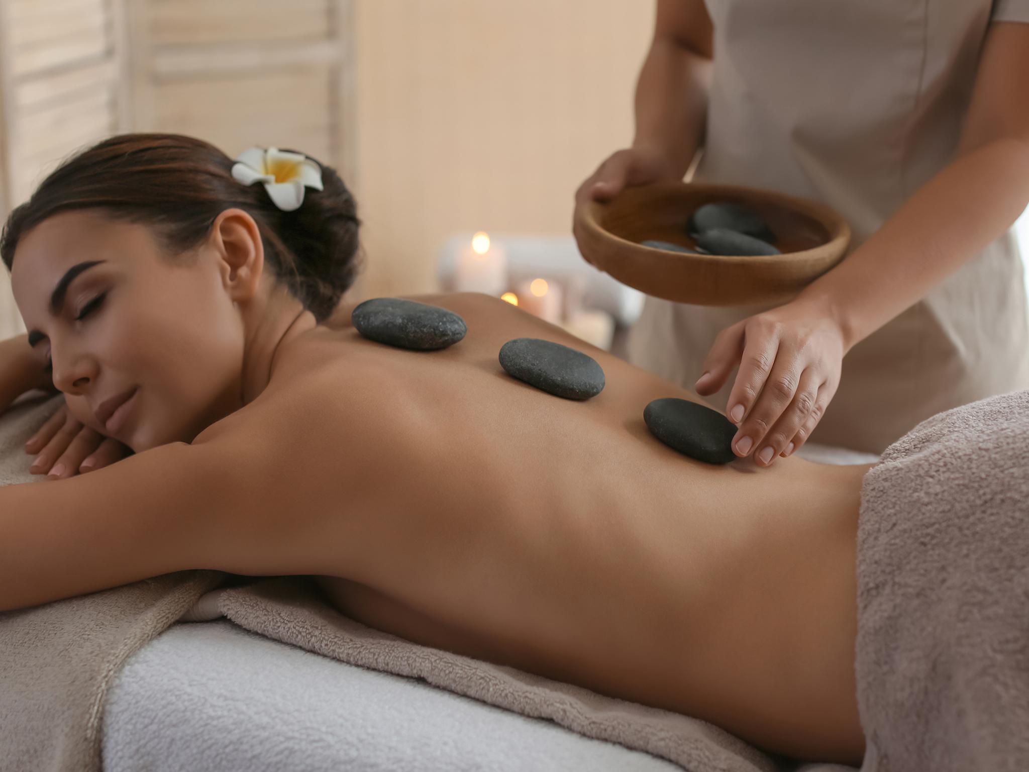 El masaje de este spa consiste en colocar piedras calientes sobre el cuerpo de las personas