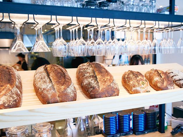 本格ハード系パンとワインで「パン飲み」、BARTIZAN Bakery & Cafeがオープン