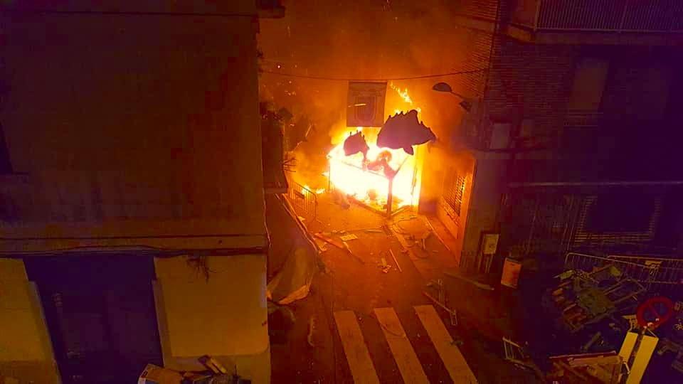 Incendian la decoración de la calle de la Llibertat en Gràcia