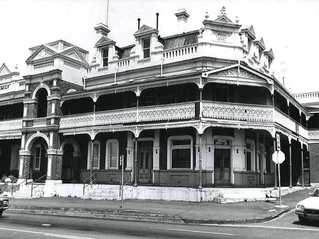 Old black and white image of the Bulli Family Hotel.