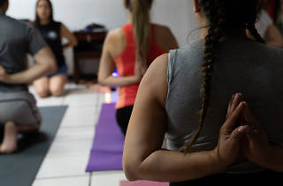 Clase de yoga cannábica