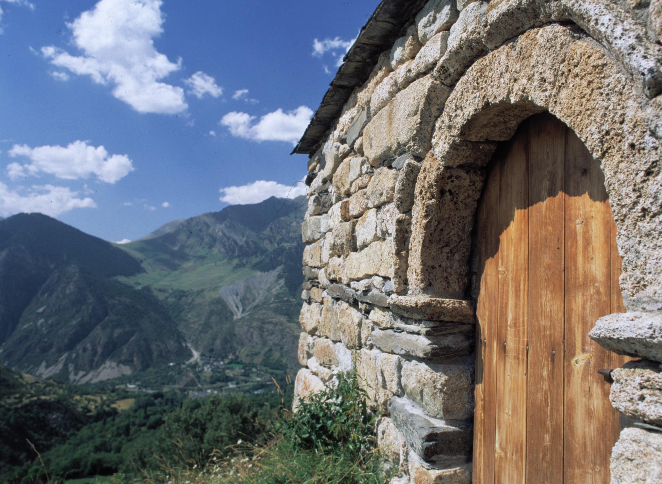 Portada de l'ermita romànica de Sant Quirze (Taüll, Alta Ribagorça)