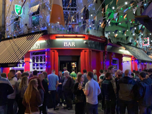 A crowd outside Dame Tavern in Dublin