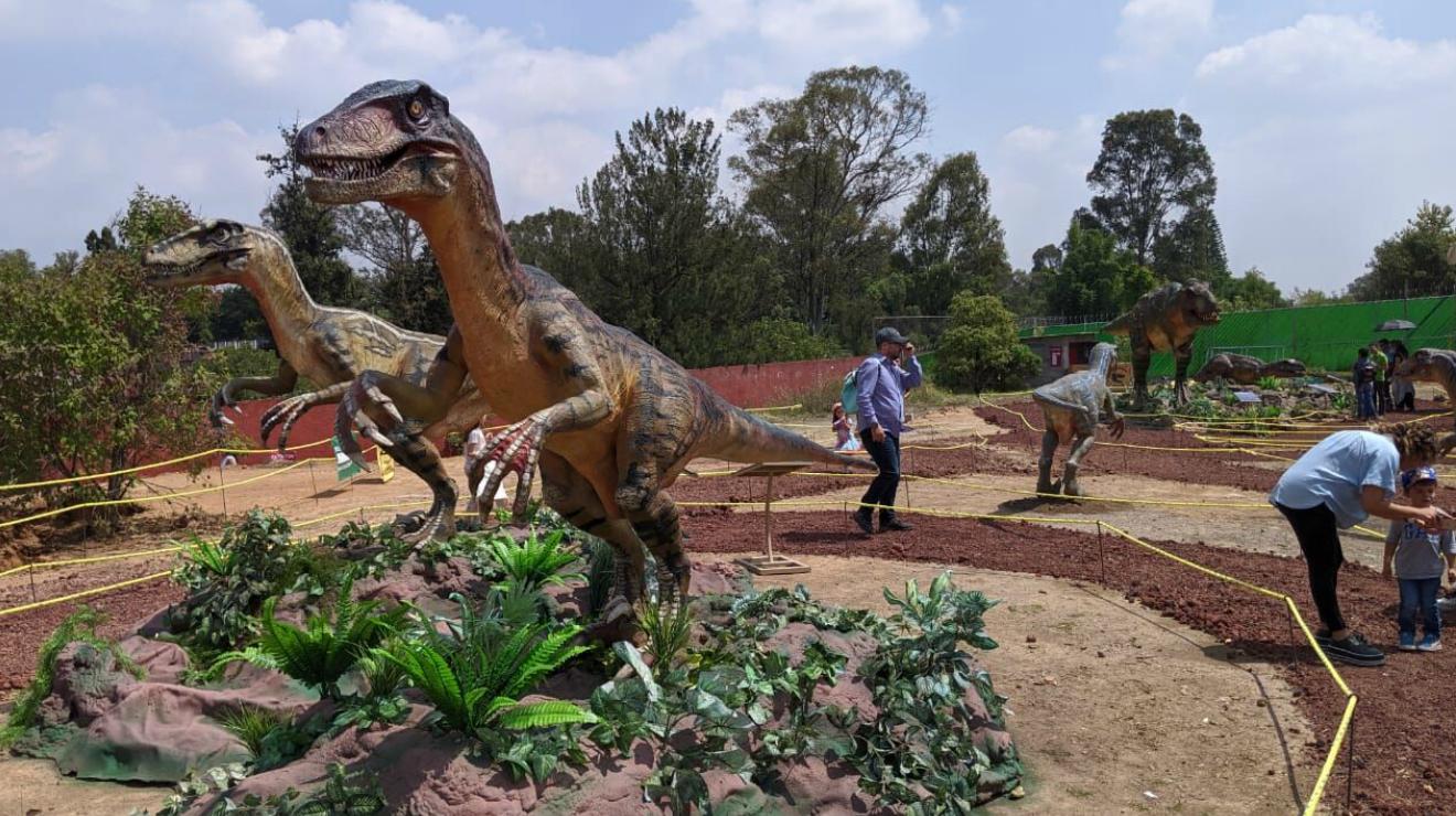 Tour jurásico de dinosaurios en el Parque Bicentenario