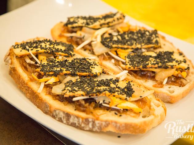 Tostas veggie con cebolla, pera y tofu